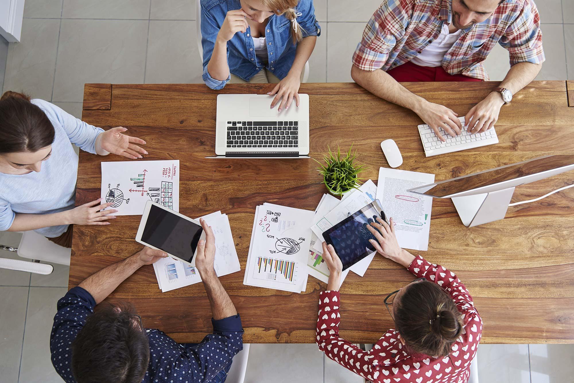Mensen die gezamenlijk aan het werk zijn